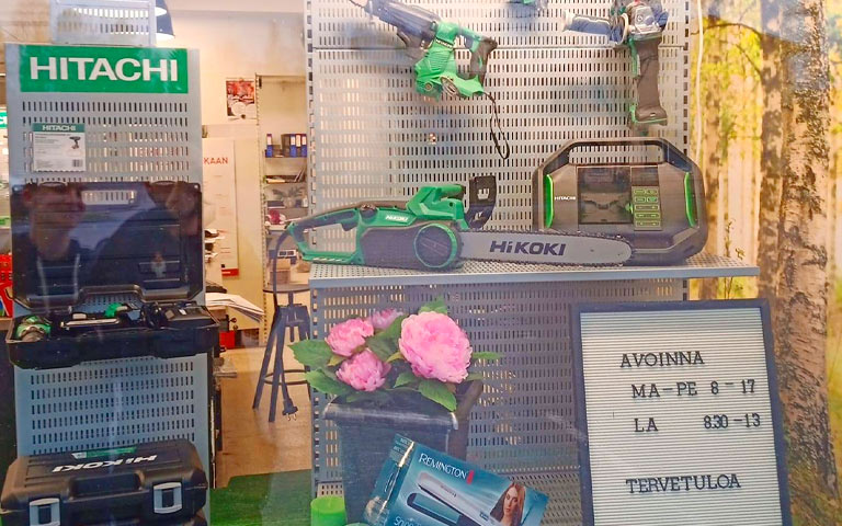 Yläneen Rautakulman näyteikkunassa kukkia ja työkaluja.